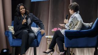 Η εμφάνιση - έκπληξη και το δώρο του Μπαράκ Ομπάμα στην παρουσίαση βιβλίου της Μισέλ