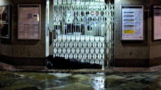 Λονδίνο: Σάλος με Έλληνα άστεγο που πέθανε έξω από αστυνομικό τμήμα περιμένοντας τον σκύλο του