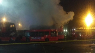 Φωτιά και εκρήξεις σε αμαξοστάσιο λεωφορείων του Λονδίνου