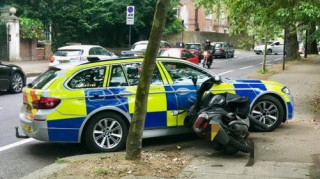 Βρετανία: Οι αστυνομικοί μπορούν ακόμη και να πατούν με περιπολικά τους εγκληματίες με μηχανές