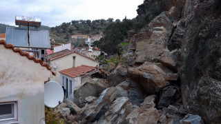 Εκκενώνεται το Πλωμάρι μετά την κατολίσθηση - Σε ξενοδοχεία οι κάτοικοι, μεγάλες οι ζημιές