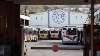 Λεωφορείο του ΟΑΣΘ «καρφώθηκε» σε φράχτη σπιτιού