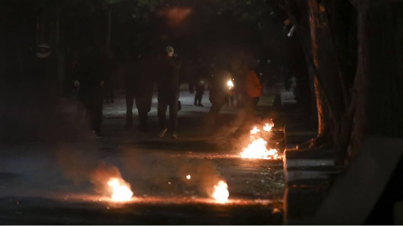Χάος, φωτιές και μολότοφ στην Αλεξάνδρας από επεισόδια μεταξύ οπαδών