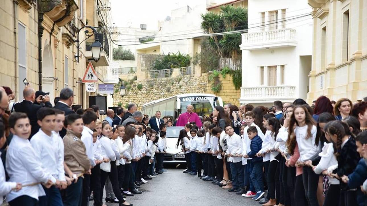 Ιερέας βάζει παιδιά να τραβήξουν την Πόρσε του με σκοινιά, όσο εκείνος χαιρετάει τα πλήθη