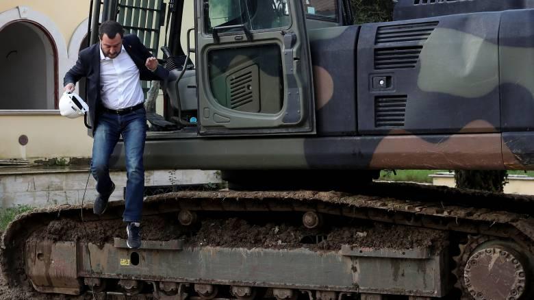 Σόου Σαλβίνι: Κατεδαφίζει αυθαίρετη βίλα με εκσκαφέα μπροστά στις κάμερες