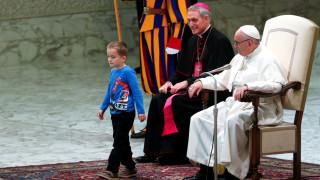 Κωφάλαλο αγοράκι «έκλεψε» τα φώτα από τον Πάπα Φραγκίσκο