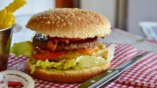 «Ό,τι τρώμε μας σκοτώνει»: Καμπανάκι κινδύνου για την κακή διατροφή
