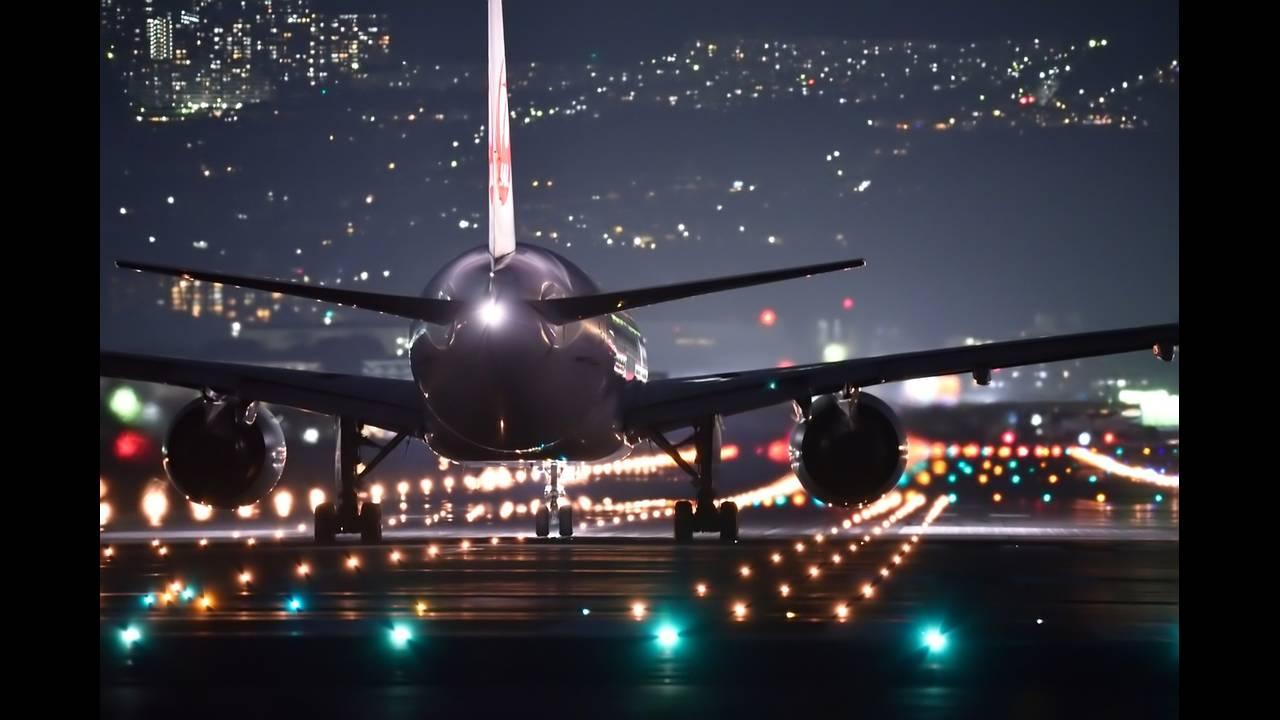 https://cdn.cnngreece.gr/media/news/2018/11/30/156552/photos/snapshot/night-flight-2307018_1280.jpg
