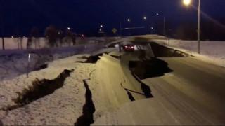Αλάσκα: Eικόνες καταστροφής μετά το μεγάλο σεισμό - Άνοιξαν στα δύο οι δρόμοι