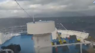 Εικόνες που κόβουν την ανάσα: Μανιασμένα κύματα «καταπίνουν» καράβι στο στενό Τήνου - Μυκόνου