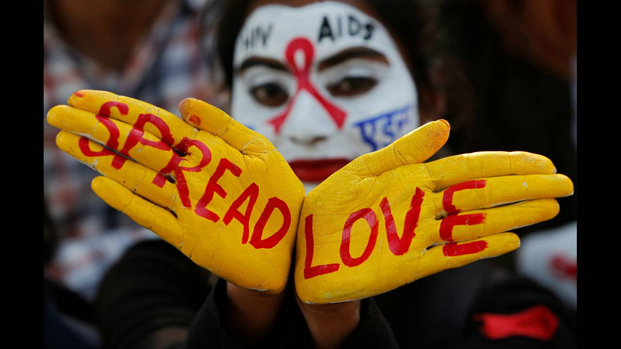 https://cdn.cnngreece.gr/media/news/2018/12/01/156654/photos/snapshot/2018-11-30T095935Z_317463117_RC111AD05C30_RTRMADP_3_AIDS-DAY-INDIA.JPG