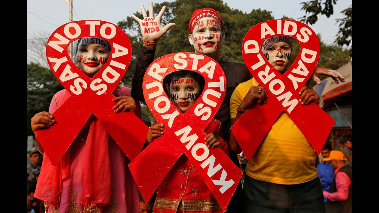 https://cdn.cnngreece.gr/media/news/2018/12/01/156654/photos/snapshot/2018-11-30T111852Z_822638238_RC1B03FC9A60_RTRMADP_3_AIDS-DAY-INDIA.JPG