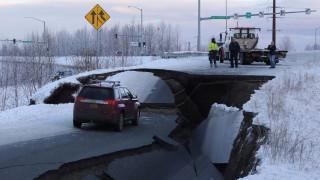 Άνοιξε η γη στα δύο: Εικόνες χάους μετά τον ισχυρό σεισμό των 7 Ρίχτερ στην Αλάσκα