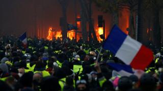 Γαλλία: Καίγονται κτήρια και αμάξια στα Ηλύσια Πεδία - Κλιμακώνεται η βία στα «κίτρινα γιλέκα»