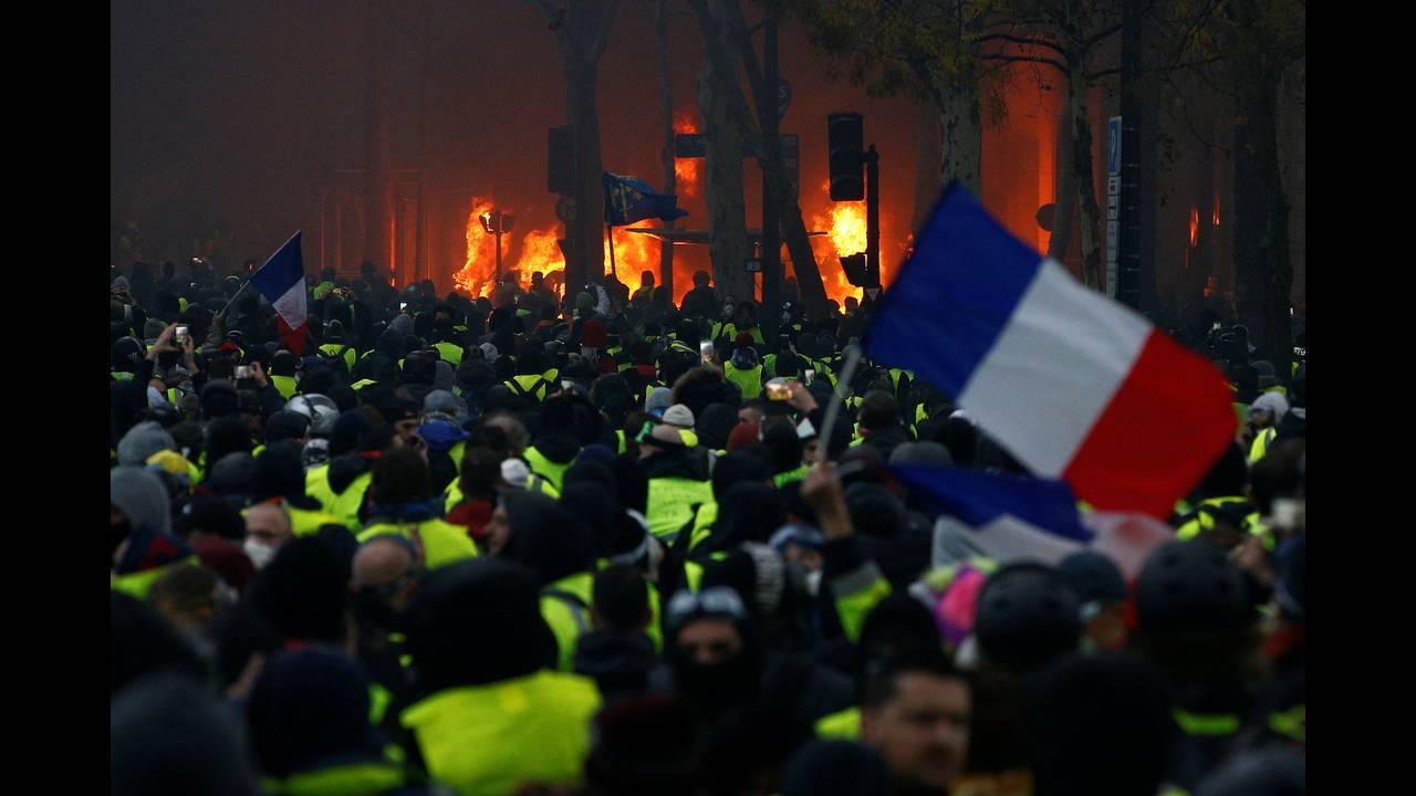 https://cdn.cnngreece.gr/media/news/2018/12/01/156719/photos/snapshot/2018-12-01T163505Z_923826570_RC18BDD0AE30_RTRMADP_3_FRANCE-PROTESTS.JPG