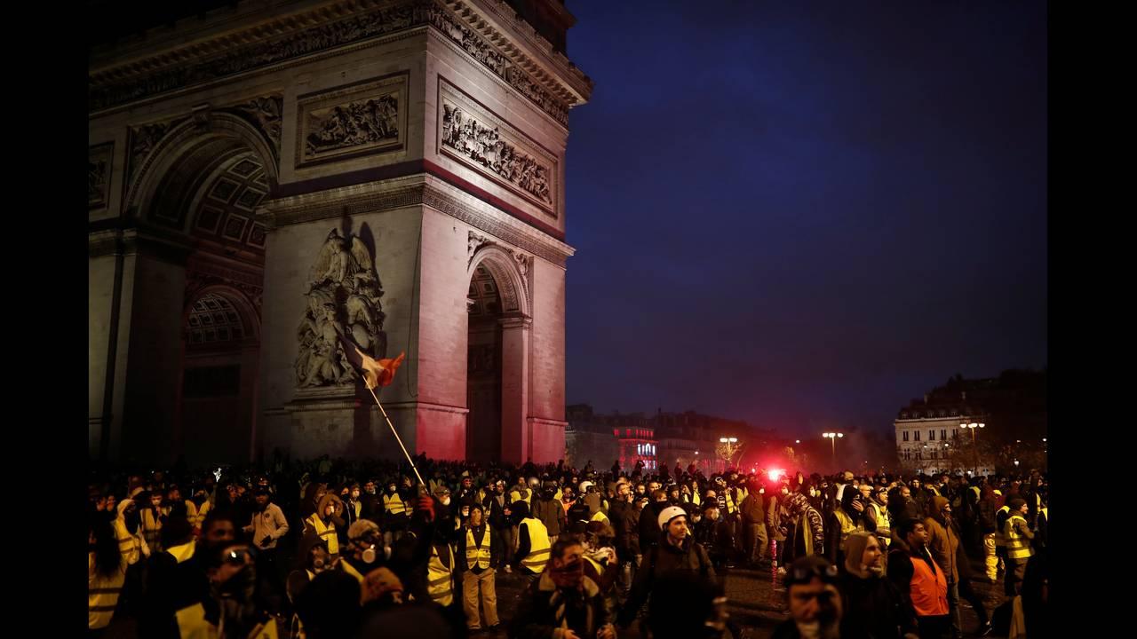 https://cdn.cnngreece.gr/media/news/2018/12/01/156719/photos/snapshot/2018-12-01T165033Z_1537268530_RC1BB11E6F00_RTRMADP_3_FRANCE-PROTESTS.JPG
