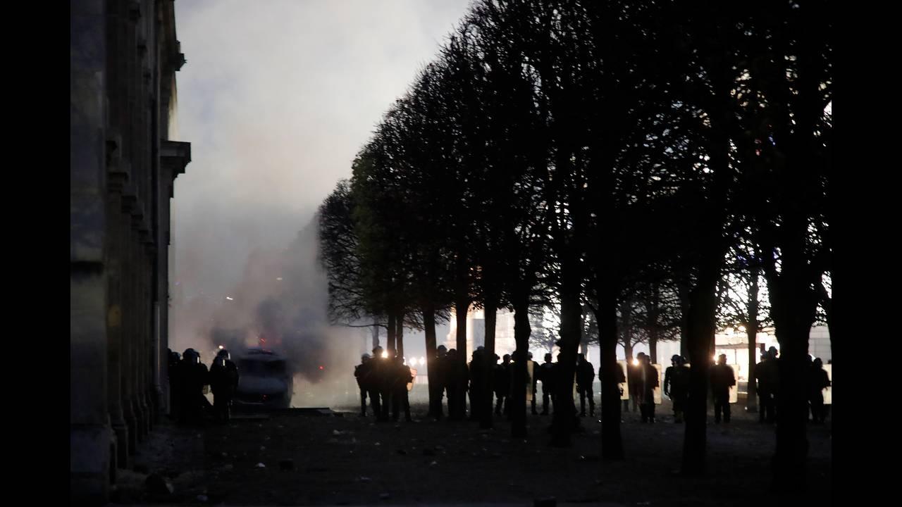https://cdn.cnngreece.gr/media/news/2018/12/01/156719/photos/snapshot/2018-12-01T171935Z_1019633209_RC13EAEB21E0_RTRMADP_3_FRANCE-PROTESTS.JPG