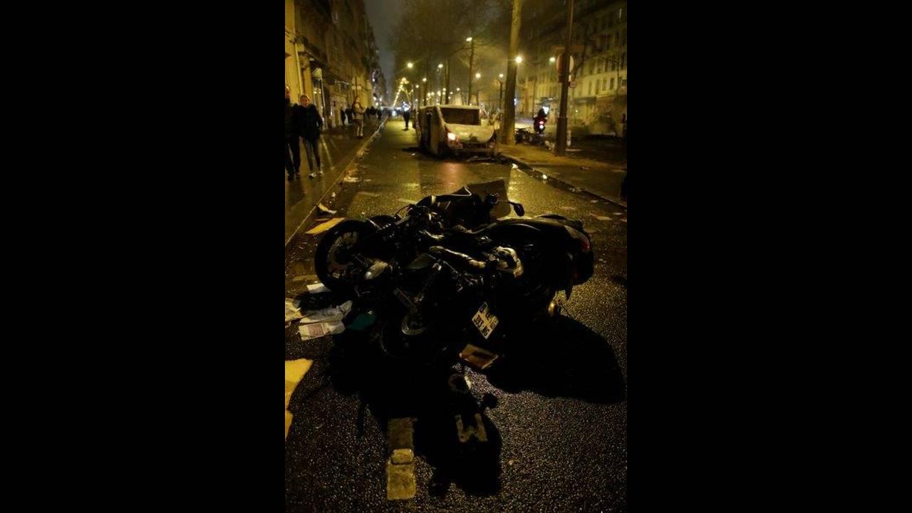 https://cdn.cnngreece.gr/media/news/2018/12/01/156727/photos/snapshot/2018-12-01T190353Z_883478813_RC189E063130_RTRMADP_3_FRANCE-PROTESTS.jpg