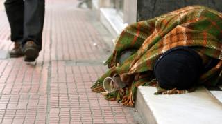 Συγκινητική κίνηση μιας μητέρας: Δίνει το παλτό της νεκρής κόρης της σε αστέγους
