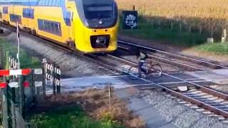 Ολλανδία: Ποδηλάτης γλιτώνει από διερχόμενο τρένο για κλάσματα δευτερολέπτου