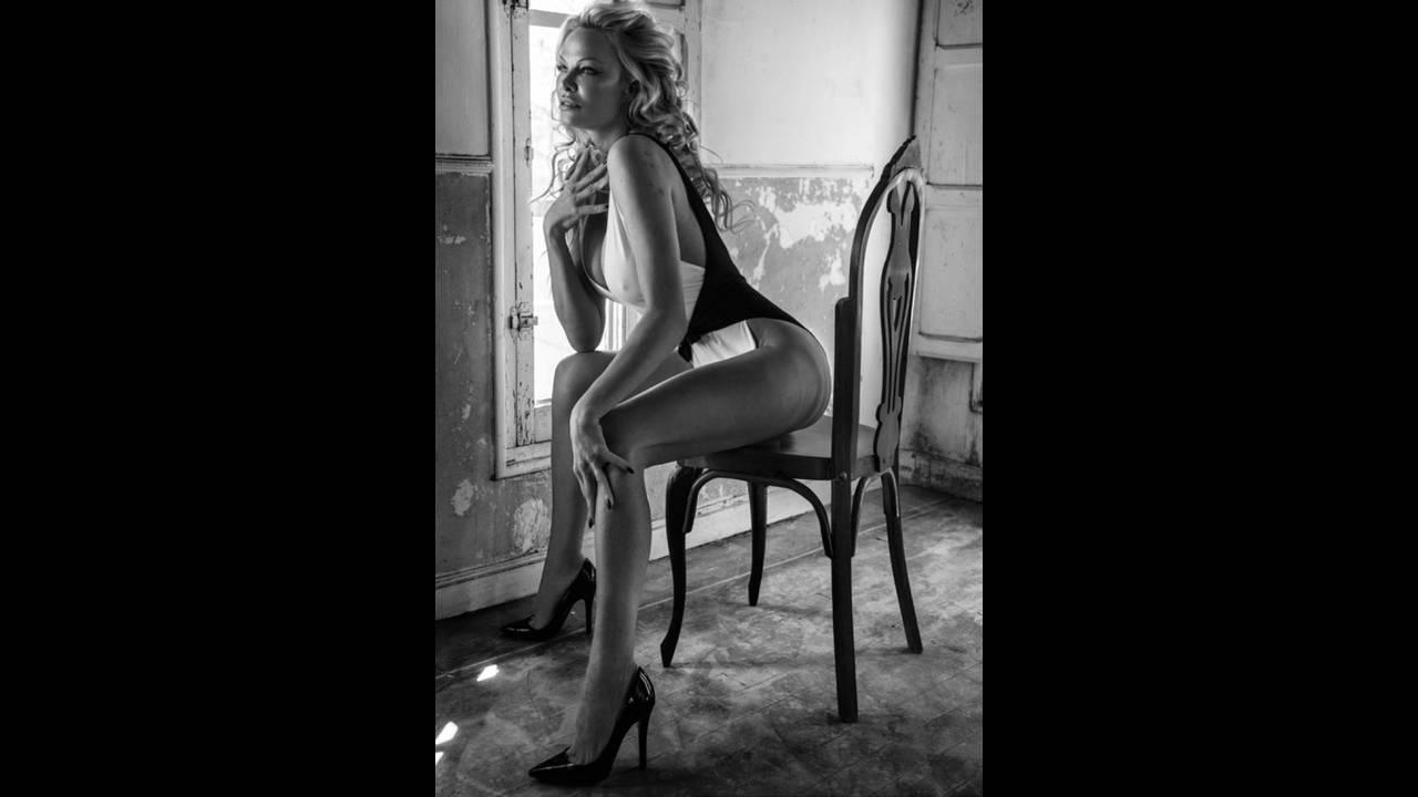 https://cdn.cnngreece.gr/media/news/2018/12/04/156991/photos/snapshot/Pamela-Anderson-Fashion-Shoot10.jpg