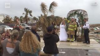 Παντρεύτηκαν στα συντρίμμια του σπιτιού που έχασαν από τον Τυφώνα Μάικλ