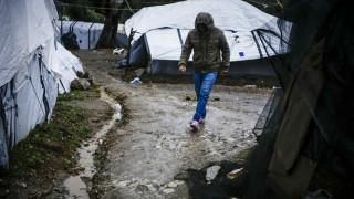 Η συγκινητική κίνηση μεταναστών: Πήραν ξύλα για να ζεσταθούν και άφησαν χρήματα