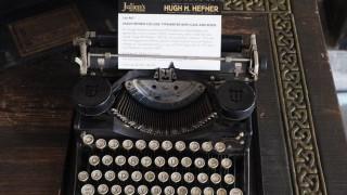 Τα αντικείμενα του Χιου Χέφνερ στο «σφυρί»: 162,500 δολάρια για την πρώτη του γραφομηχανή
