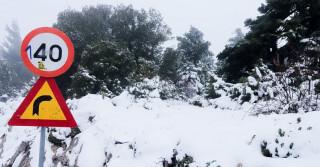 Καιρός: Χιονίζει (ξανά) στην Πάρνηθα - Δείτε live εικόνα