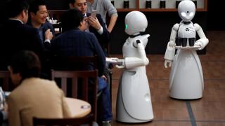 Η πρώτη καφετέρια στον κόσμο που σερβίρουν ρομπότ τα οποία ελέγχουν άτομα με αναπηρία