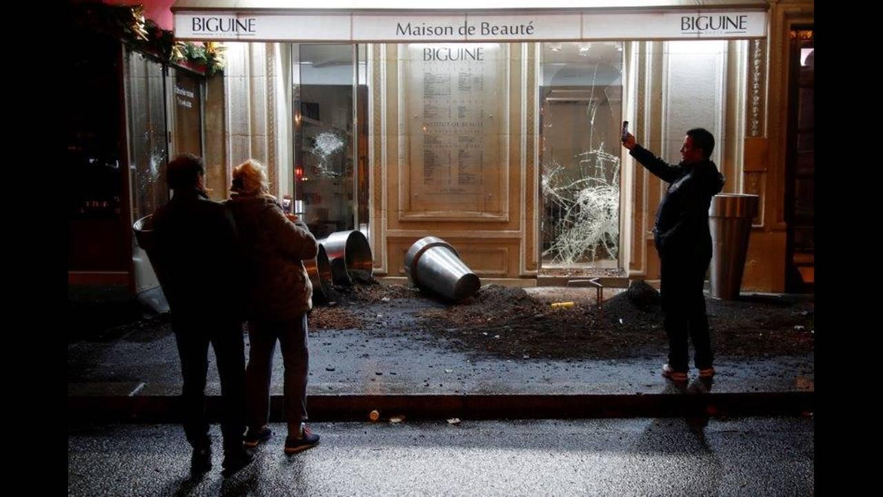 https://cdn.cnngreece.gr/media/news/2018/12/07/157389/photos/snapshot/2018-12-01T190118Z_403044304_RC13D389CC40_RTRMADP_3_FRANCE-PROTESTS.jpg