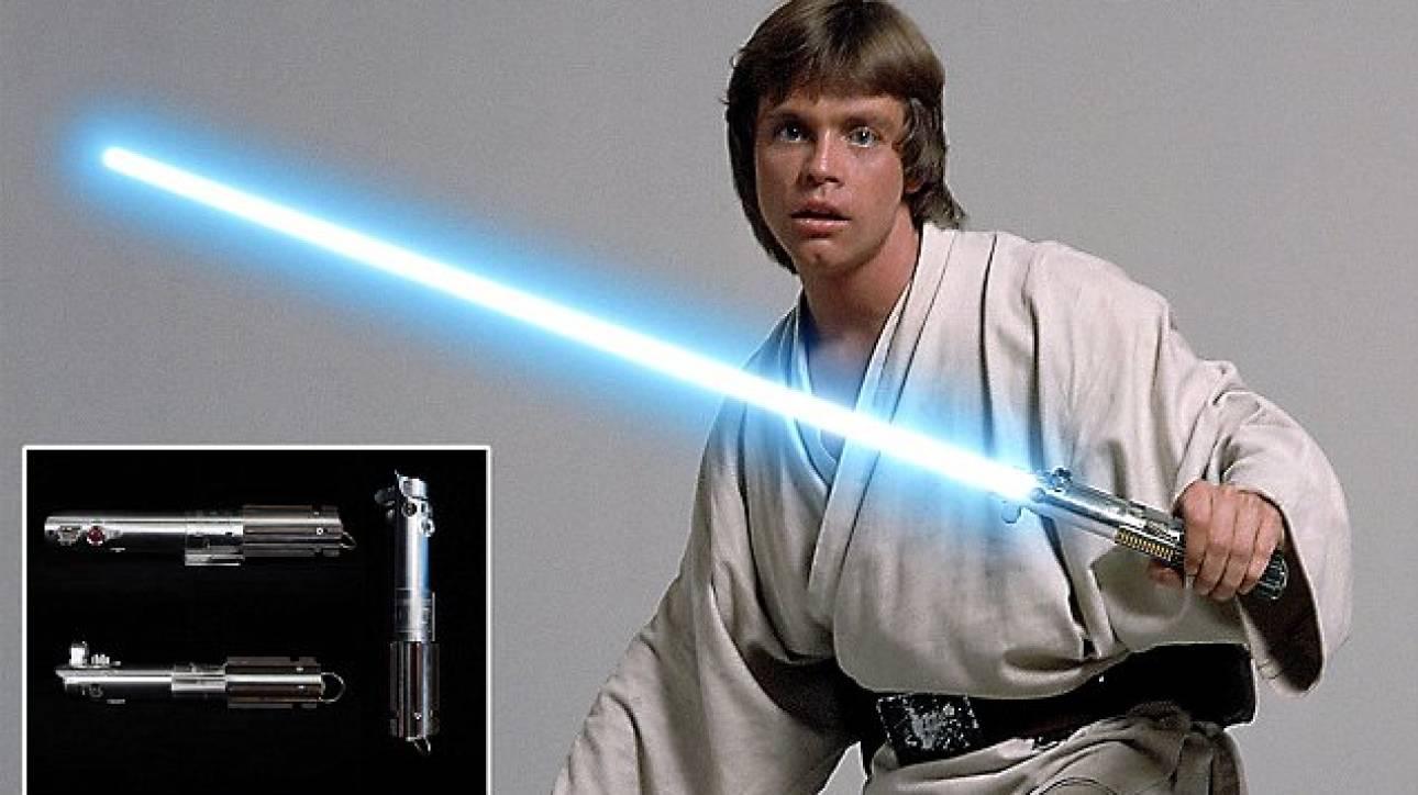 Star Wars: Σε δημοπρασία το φωτόσπαθο του Λουκ Σκαϊγουόκερ και άλλα μοναδικά αντικείμενα