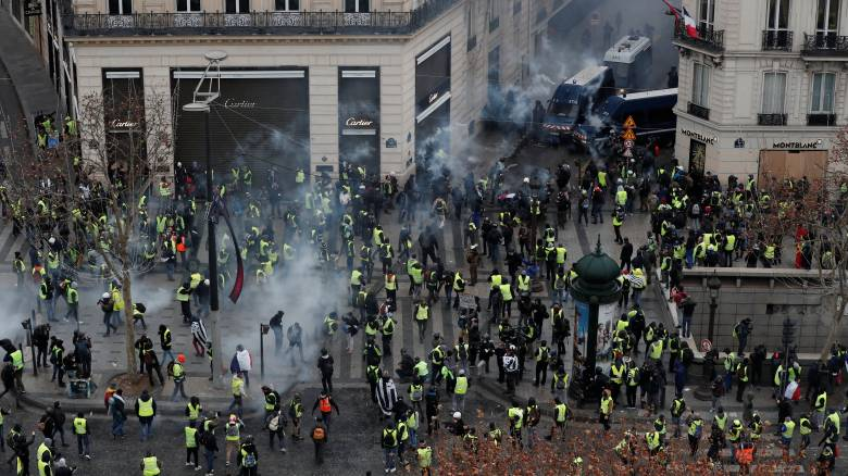 «Κίτρινα γιλέκα»: Πεδίο «μάχης» το Παρίσι - Επεισόδια και χημικά