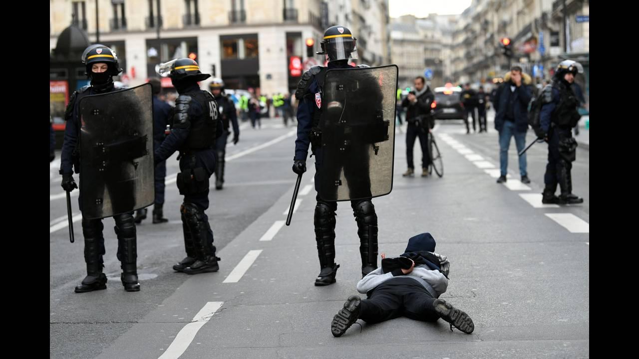 https://cdn.cnngreece.gr/media/news/2018/12/08/157536/photos/snapshot/2018-12-08T091622Z_843000952_RC1424D6D9C0_RTRMADP_3_FRANCE-PROTESTS.JPG