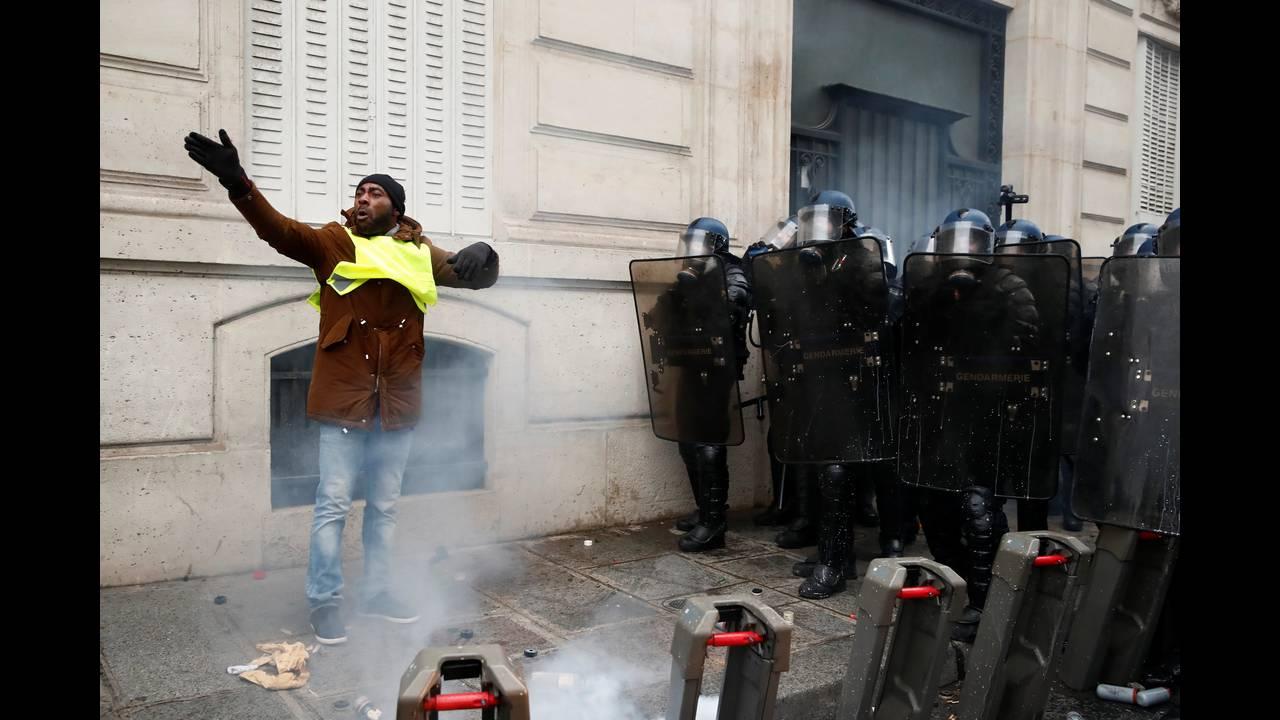 https://cdn.cnngreece.gr/media/news/2018/12/08/157536/photos/snapshot/2018-12-08T095428Z_93851211_RC1858953450_RTRMADP_3_FRANCE-PROTESTS.JPG