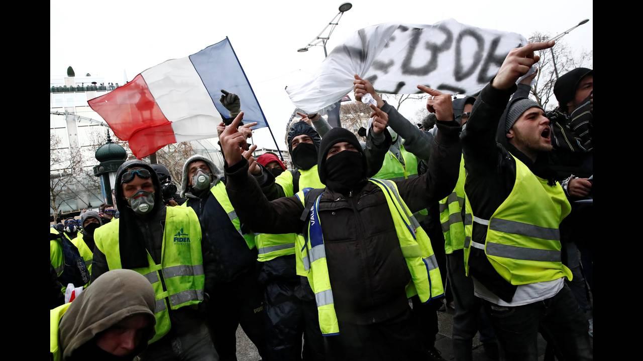 https://cdn.cnngreece.gr/media/news/2018/12/08/157536/photos/snapshot/2018-12-08T100251Z_1879313952_RC19ABB189D0_RTRMADP_3_FRANCE-PROTESTS.JPG