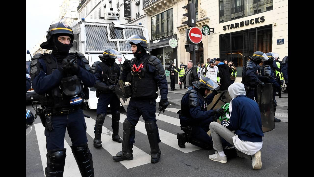 https://cdn.cnngreece.gr/media/news/2018/12/08/157536/photos/snapshot/2018-12-08T100308Z_1162504032_RC17D22EED60_RTRMADP_3_FRANCE-PROTESTS.JPG