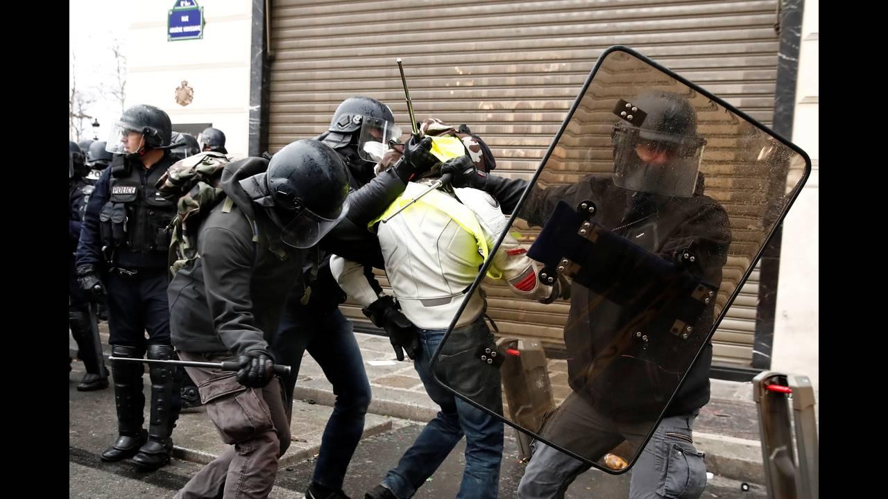 https://cdn.cnngreece.gr/media/news/2018/12/08/157536/photos/snapshot/2018-12-08T100630Z_646824967_RC1569CC55D0_RTRMADP_3_FRANCE-PROTESTS.JPG