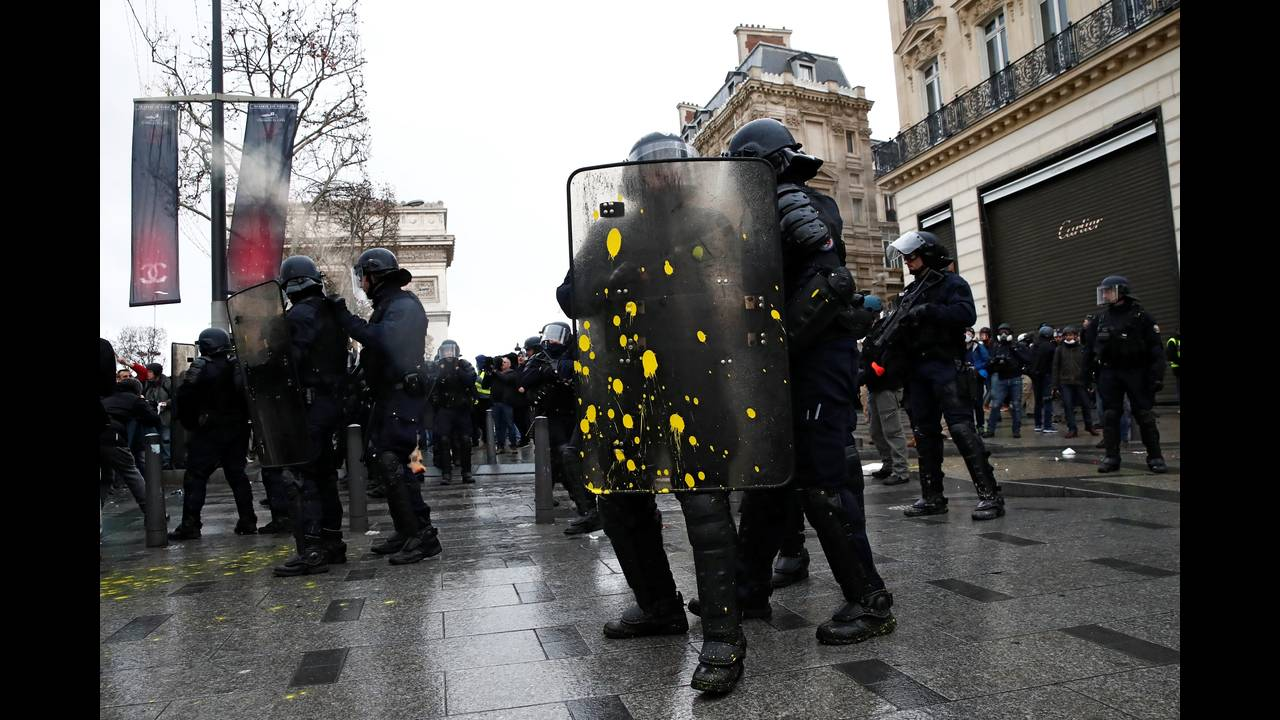 https://cdn.cnngreece.gr/media/news/2018/12/08/157536/photos/snapshot/2018-12-08T102302Z_176903073_RC12AC39E8D0_RTRMADP_3_FRANCE-PROTESTS.JPG