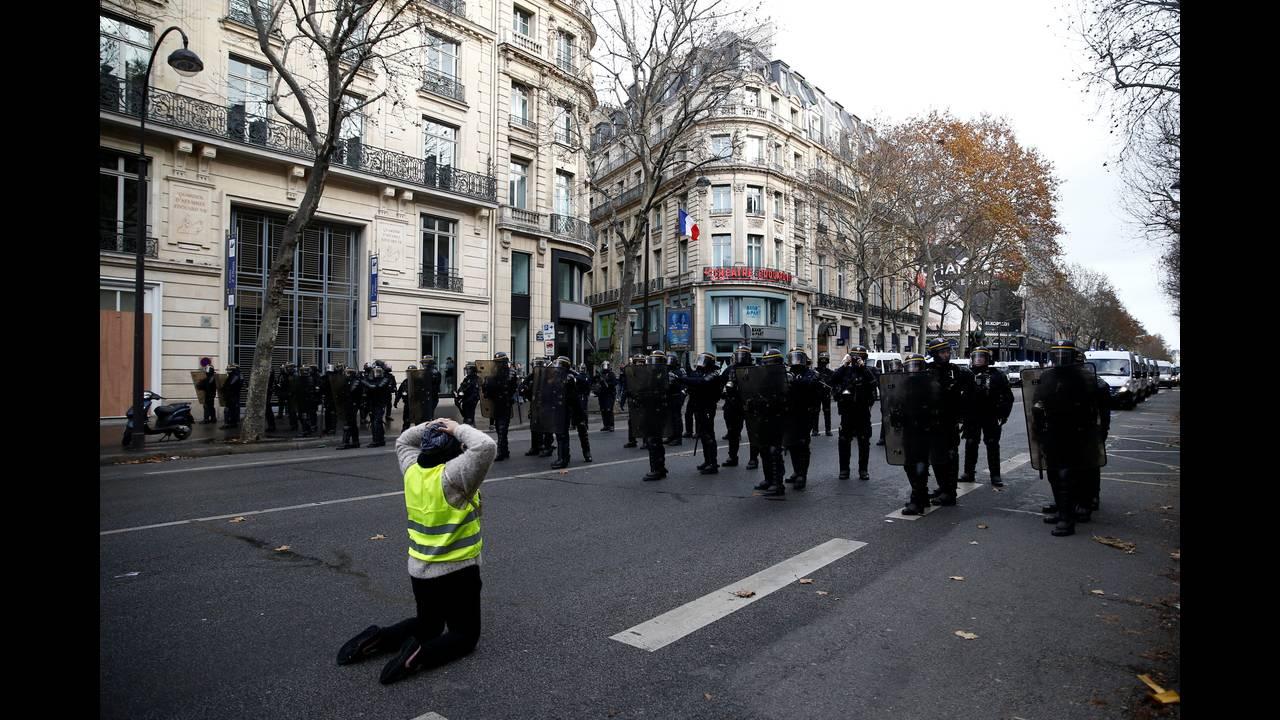 https://cdn.cnngreece.gr/media/news/2018/12/08/157536/photos/snapshot/2018-12-08T103005Z_191498171_RC18FA8CA5B0_RTRMADP_3_FRANCE-PROTESTS.JPG