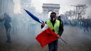 «Κίτρινα γιλέκα»: «Φλέγεται» το Παρίσι – Οδομαχίες, χημικά και εκατοντάδες συλλήψεις