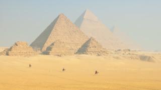 Σάλος στην Αίγυπτο από τη γυμνή αγκαλιά ενός ζεύγους στην κορυφή της Πυραμίδας του Χέοπα