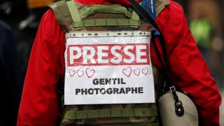 «Κίτρινα γιλέκα»: Καταγγελίες δημοσιογράφων για επιθέσεις από αστυνομία και διαδηλωτές