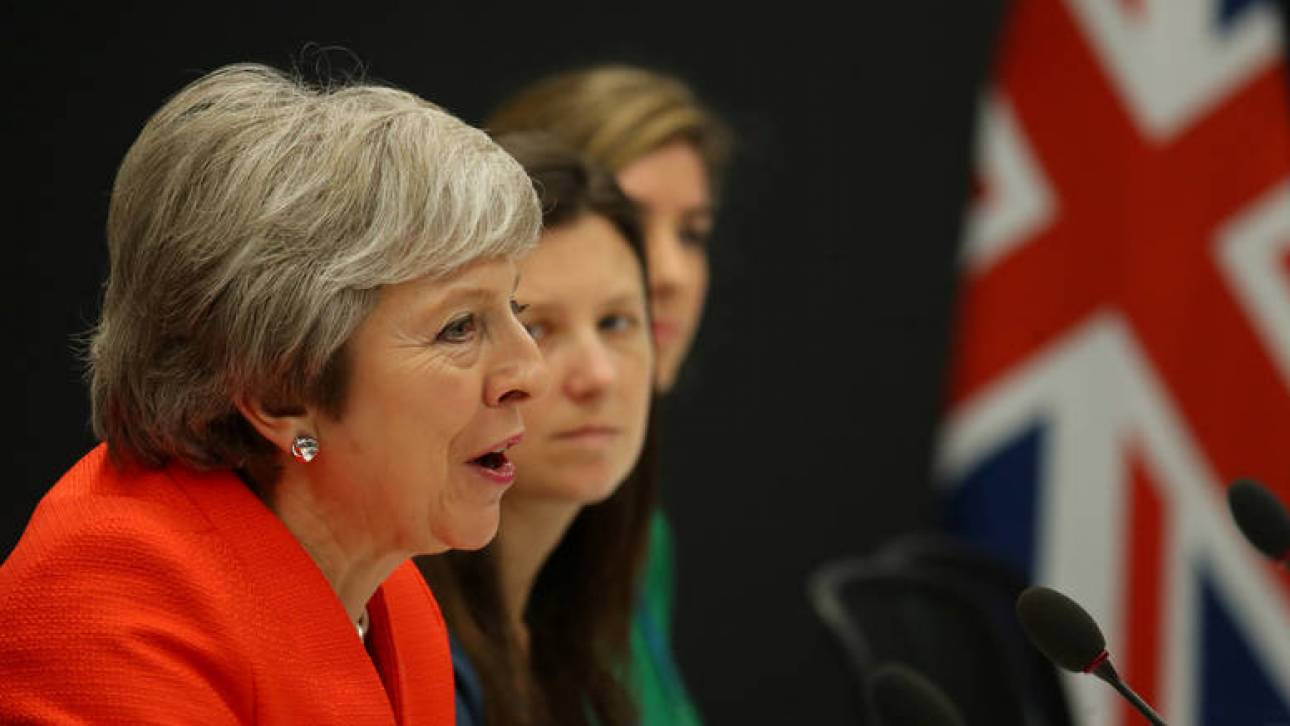 Brexit: Η Μέι στο χείλος μιας πανωλεθρίας - Αναμένεται να αναβάλει την ψηφοφορία της Τρίτης