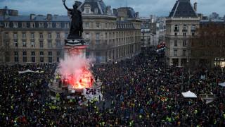 «Καζάνι που βράζει» η Γαλλία: Μάχες σώμα με σώμα, πλαστικές σφαίρες και τεράστιες καταστροφές