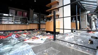Σπασμένα τζάμια, καμένα οχήματα και καταστροφές: Η επόμενη μέρα των επεισοδίων στο Παρίσι