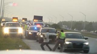 Τα αντανακλαστικά ενός αστυνομικού έσωσαν τη ζωή ενός άνδρα από αυτοκίνητο σε τρελή πορεία