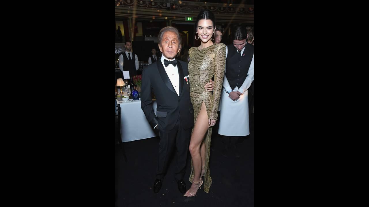 https://cdn.cnngreece.gr/media/news/2018/12/11/157886/photos/snapshot/Valentino-Kendall-Jenner.jpg