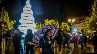 Η Αθήνα έβαλε τα γιορτινά της: Φωταγωγήθηκε το χριστουγεννιάτικο δέντρο στο Σύνταγμα