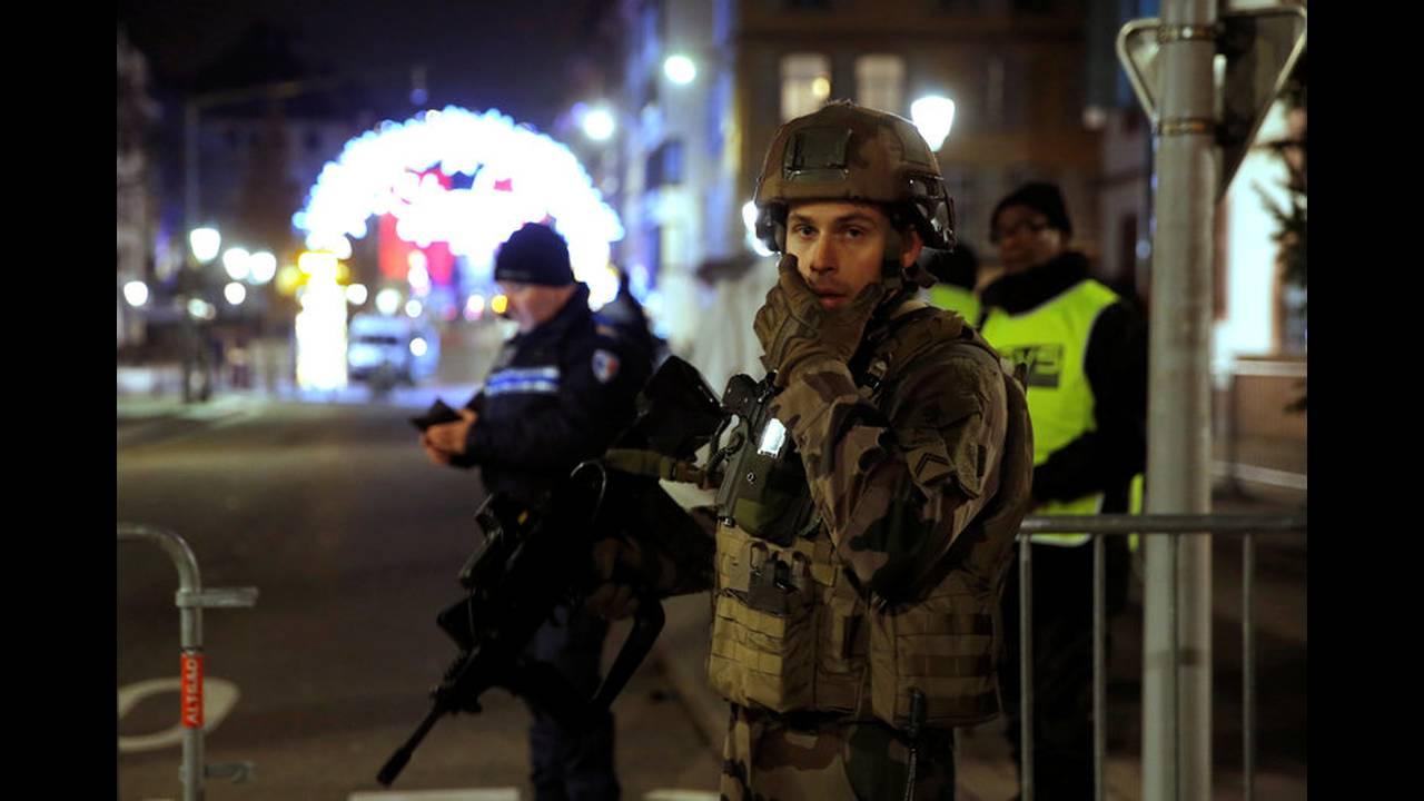 https://cdn.cnngreece.gr/media/news/2018/12/12/157993/photos/snapshot/2018-12-11T225530Z_1004825303_RC16A4078600_RTRMADP_3_FRANCE-SHOTS.jpg